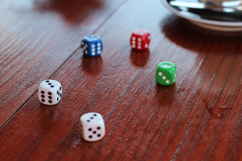 Viele Würfel auf einem Tisch. Ein Beispielbild für die derzeit beliebten Roll and Write Spiele.